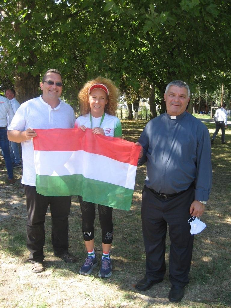Egy vérből vagyunk jótékonysági futás végén, a röszkei határátkelőnél: Gerdof Zsolti nevelőtanár, Gui Angéla, önkéntes főszervező, és Kalapis Sztoján atya