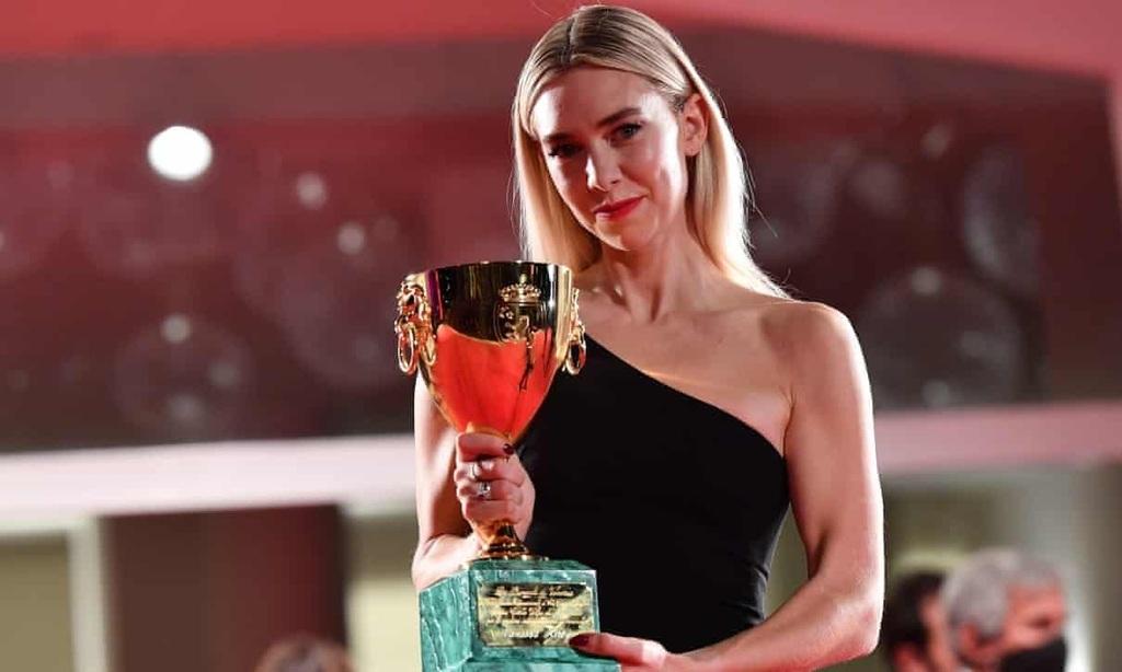 Vanessa Kirby a díjjal