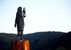 Az új, bronzszobron ugyanolyan kevéssé ismerhetők fel az amerikai elnök feleségének arcvonásai, mint a leégett faszobron - miniatűr változat