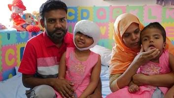 Újabb műtétet hajtanak végre magyar orvosok a szétválasztott bangladesi ikreken - illusztráció