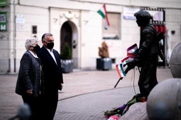 Október 23.: Orbán Viktor Wittner Máriával koszorúzott - A cikkhez tartozó kép