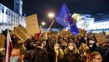 Több tízezren tüntetnek Varsóban az abortuszszabályzást érintő alkotmánybírósági ítélet ellen - illusztráció