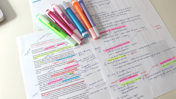 Jó hatással van az agyműködésünkre, ha kézzel írjuk a jegyzeteinket - illusztráció