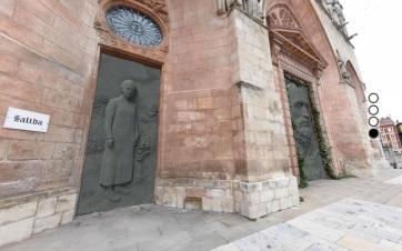 """Több tízezren tiltakoznak egy spanyol katedrális """"szemet sértő"""" új ajtajai ellen - A cikkhez tartozó kép"""