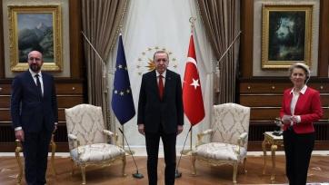 Nem jutott szék von der Leyennek, amikor az EU vezetői Erdoğannal tárgyaltak - A cikkhez tartozó kép