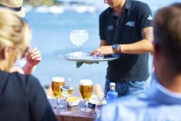 Munkaerőhiány Görögországban: Szerbiából keresnek felszolgálókat a görög vendéglátósok - A cikkhez tartozó kép