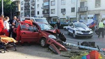 Szabadka: A villanyrendőrnek csapódó kocsi gyalogosra döntötte az oszlopot - illusztráció