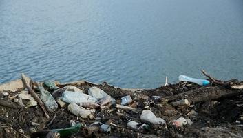 Folyami hulladékmentesítő szerkezeteket szerelnek fel Romániában a román-magyar határszakasz mentén - illusztráció