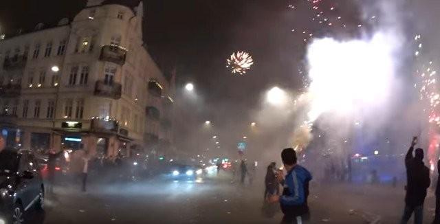 """Malmö: Az """"ünneplők"""" sorra lövik ki a fénylő rakétákat, melyekkel autókat, házakat és  embereket is céloznak"""