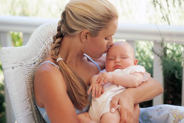 Kiderült, hogy miért ringatják inkább baloldalt az újszülöttjüket az anyák