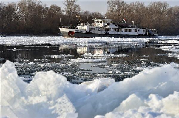 Folyamatosan dolgoznak a jégtörő hajók a magyarországi folyókon