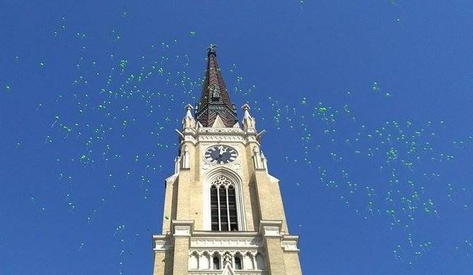 Az újvidékiek több száz léggömböt engedtek a magasba a rákbeteg gyermekekért