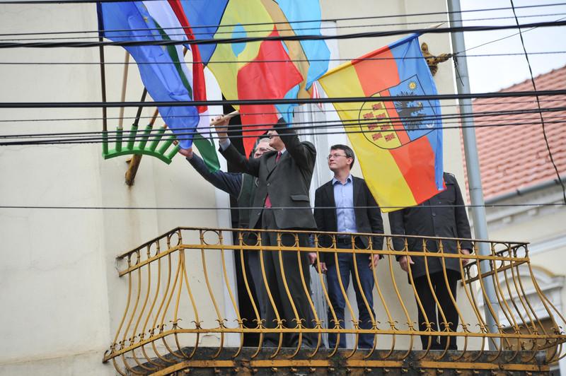 Kitűzte Erdély történelmi zászlaját Tőkés László nagyváradi irodájának erkélyére