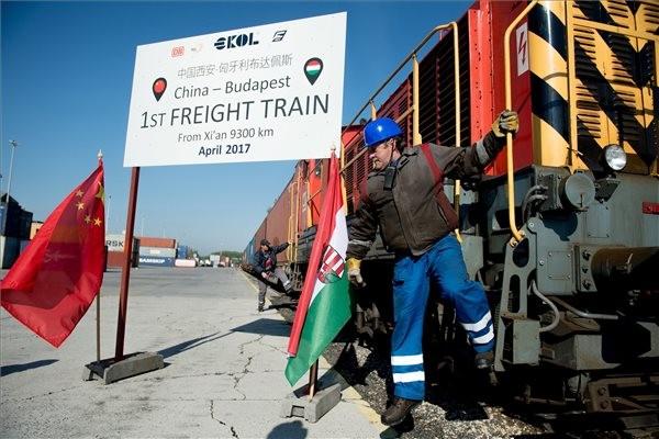Megérkezett Budapestre az első közvetlen teherszállító vonat Kínából