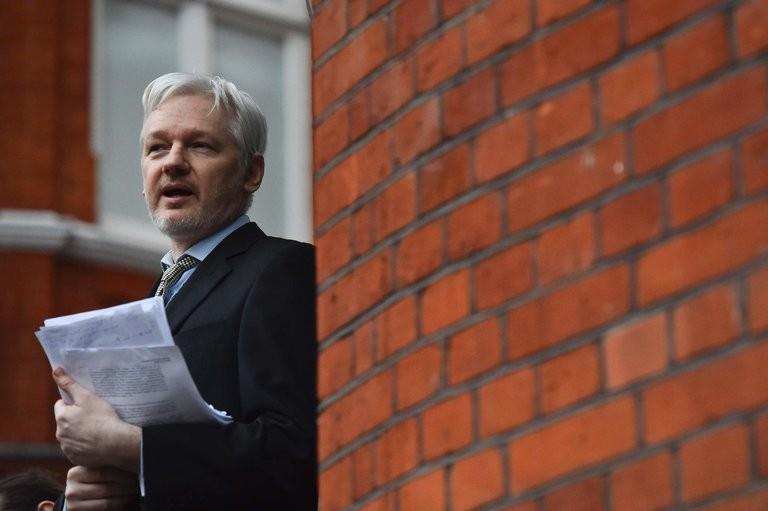 A svédek megszüntették az Assange elleni nyomozást, de a britek letartóztatnák