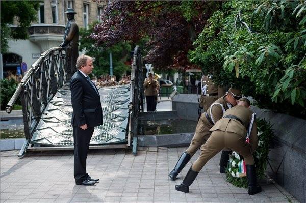 Koszorúzással emlékeztek Nagy Imrére és mártírtársaira Budapesten a Vértanúk terén