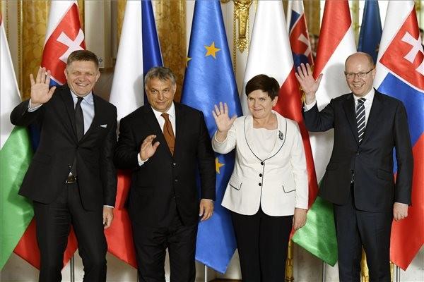 Lengyelország ünnepélyes keretek között átadta Magyarországnak a V4 soros elnökségét