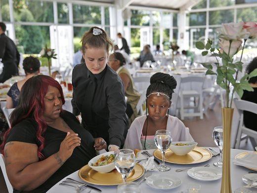 Indianapolis: A füstbement esküvő 30 ezer dolláros vacsoráját adta a rászorulóknak egy amerikai menyasszony