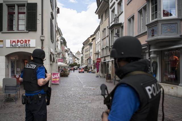 Láncfűrésszel támadt járókelőkre egy férfi Svájcban