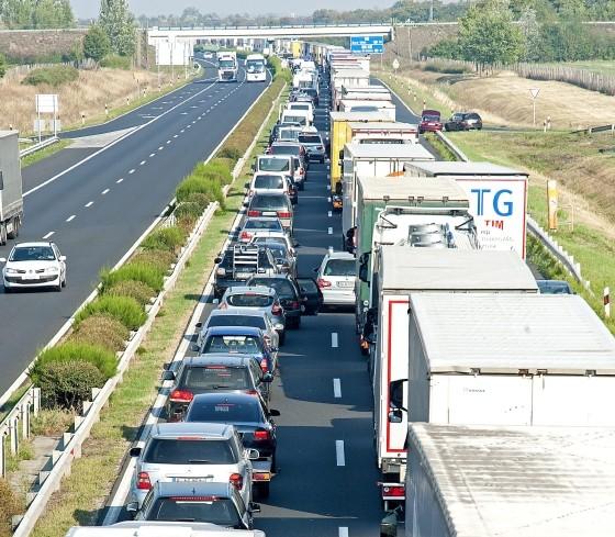 Három kilométeres torlódás az M1-es autópályán Hegyeshalomnál
