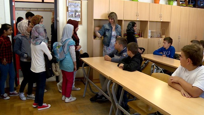 Tiltakoznak a szülők Adaševcin és Višnjićevón: Nem akarnak közös osztályokat a migránsok gyerekeivel