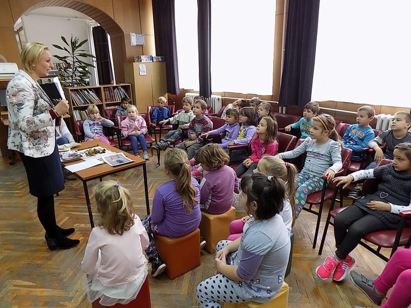 A gyermekek nagyon élvezték a számukra szervezett játékos könytári foglalkozást