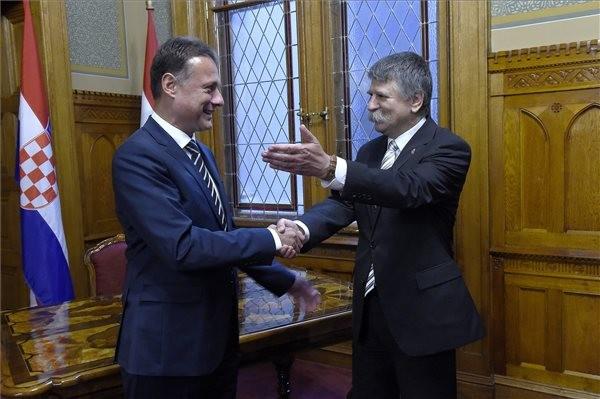 Kövér László, az Országgyűlés elnöke (jobbról) fogadja Gordan Jandrokovićot, a horvát parlament elnökét az Országházban