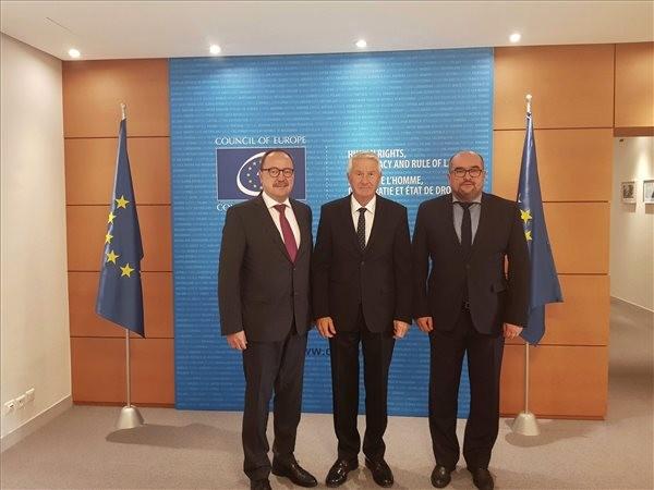 Németh Zsolt, az Országgyűlés külügyi bizottságának fideszes elnöke (balról), Thorbjorn Jagland, az Európa Tanács (ET) főtitkára (középen) és Brenzovics László, a Kárpátaljai Magyar Kulturális Szövetség (KMKSZ) elnöke megbeszélésükön Strasbourgban.