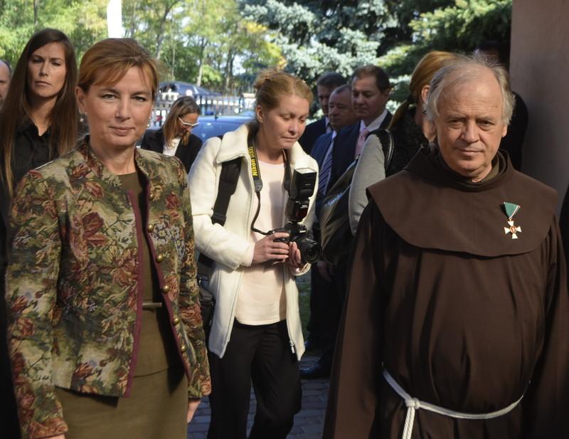 Herczegh Anita, Áder János köztársasági elnök felesége és Harmath Károly ferences rendi atya, a Poverello Alapítvány kuratóriumának elnöke