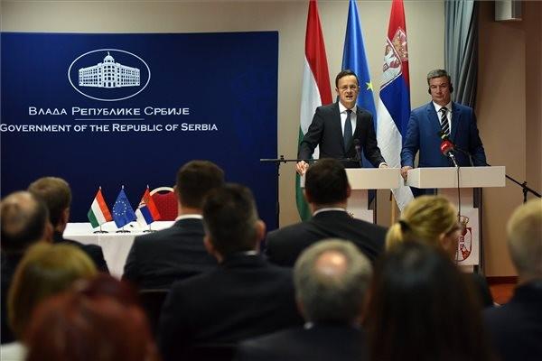 Fotó: MTI, Szijjártó Péter külgazdasági és külügyminiszter (balról) és Goran Knežević szerb gazdasági miniszter, a testület társelnökei a magyar-szerb gazdasági vegyes bizottság ülését követően tartott sajtótájékoztatón a szabadkai Hotel Galleria szállodában