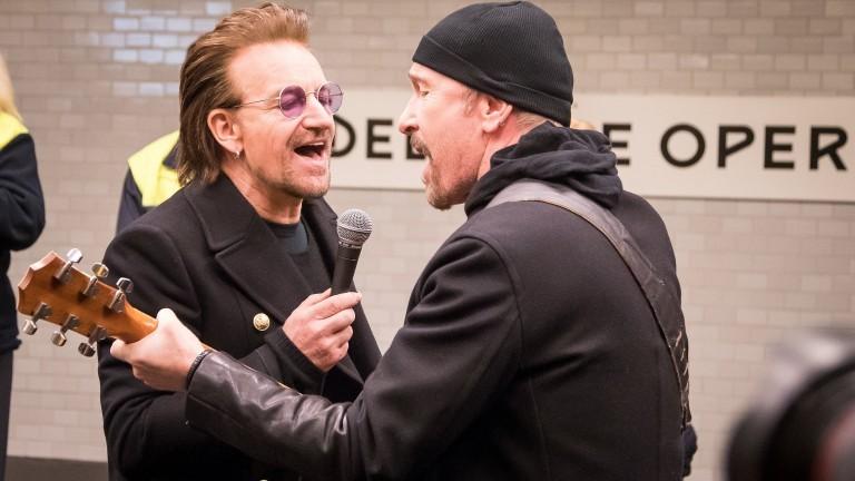 Rögtönzött koncert a berlini metróban a U2-val