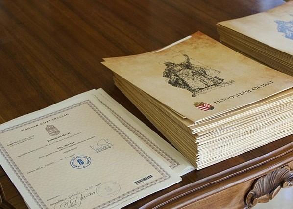 Honosítási dokumentumok hamisítása miatt ítéltek el egy kormányhivatali tisztviselőt
