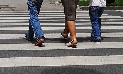 Módosítják a közlekedésbiztonságról szóló törvényt: Csillagászati büntetések a gyalogosoknak