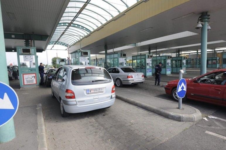 Hamis gyógyszerszállítmányt találtak a pénzügyőrök Röszkén egy szerb férfi autójában