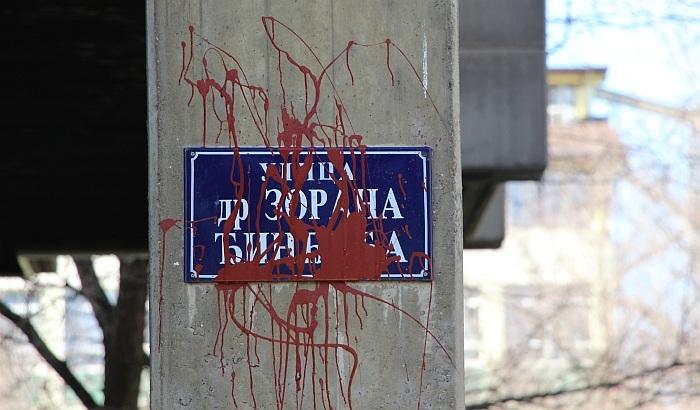 Újvidék: Vörös festékkel rongálták meg a Zoran Đinđić utca névtábláit